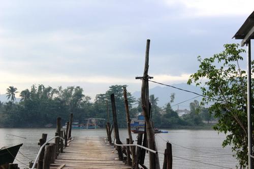 Đến ngày 13/12, cầu Phú Kiểng vẫn chưa được nối lại, hai đầu cầu không có che chắn, biển cảnh báo - rất nguy hiểm.