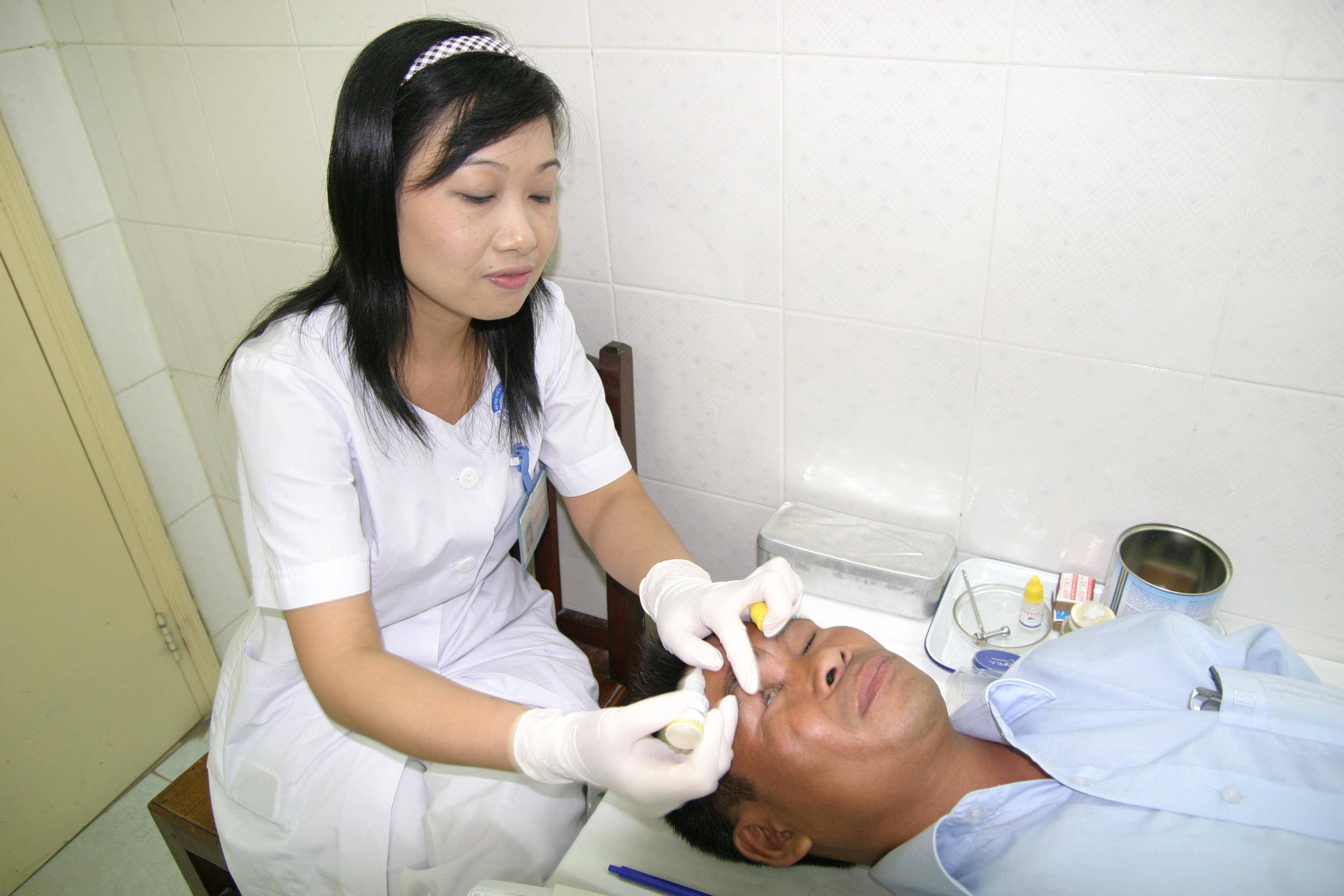 Dùng thuốc nhỏ mắt đúng giúp nâng cao hiệu quả trị bệnh. Ảnh: TM