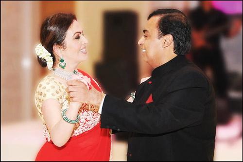 Nita khiêu vũ cùng Mukesh.