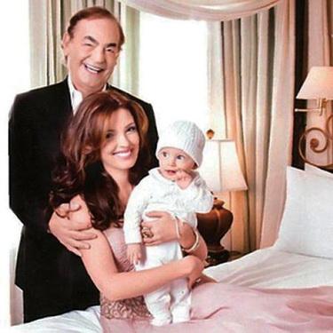 Tỷ phú Phil Ruffin và hoa hậu Oleksandra bên con trai đầu lòng.