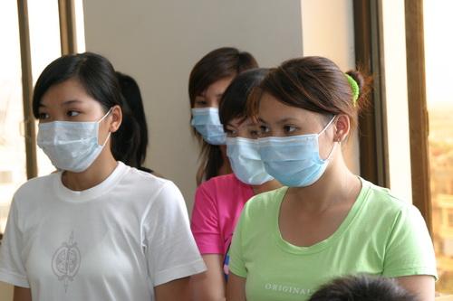 Khi nghi ngờ mắc cúm cần đeo khẩu trang để tránh lây lan cho người khác.   Ảnh: TM