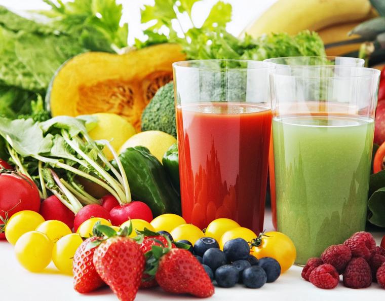 Trái cây và nước rau ép giàu vitamin C giúp tăng sức đề kháng chống lại sự xâm nhập của vi khuẩn gây bệnh.