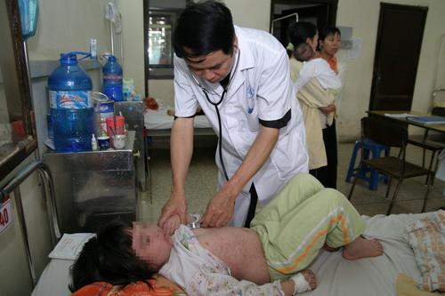Trẻ mắc sởi đang được điều trị tại BV.