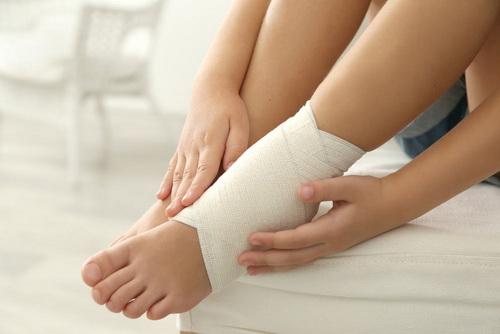 Xử trí đau khớp cổ chân khi đi bộ