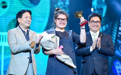 Thứ trưởng Bộ VH-TT&DL Vương Duy Biên (bên trái) trao Cánh diều Vàng phim truyện điện ảnh cho phim Cô Ba Sài Gòn, đạo diễn Kay Nguyễn (giữa) lên nhận giải.
