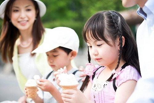 Ăn kem lạnh khiến chênh lệch nhiệt độ vùng họng dẫn đến viêm.