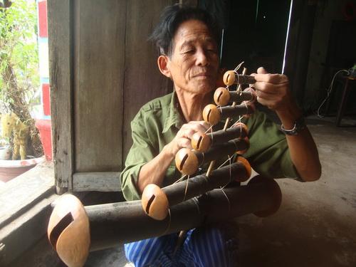 Nghệ nhân Nguyễn Văn Thênh cột dàn sáo diều.