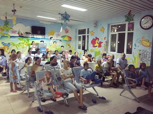 Bệnh nhi tại BV K (Hà Nội) chăm chú xem phim.