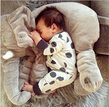 Trẻ còn quá nhỏ ngủ với thú nhồi bông không đúng cách, gây ngạt đường thở dẫn đến những hậu quả đáng tiếc.