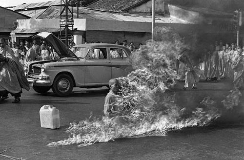 Hòa thượng Thích Quảng Đức, người đã tự thiêu để phản đối chiến tranh ở Việt Nam.