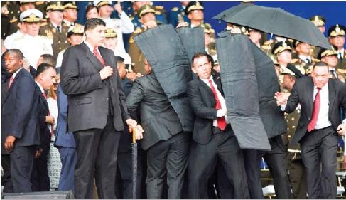 Sau khi vật thể bay cất tiếng nổ, hàng rào an ninh bao vây Tổng thống Venezuela.