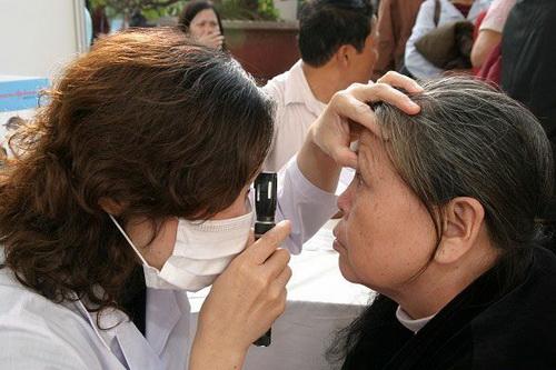Khi có bệnh về mắt, cần được thăm khám bởi bác sĩ chuyên khoa. Ảnh: TM