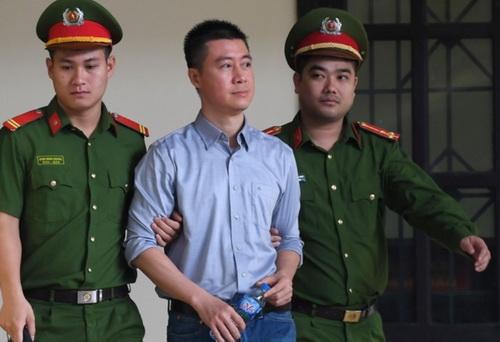Bị cáo Phan Sào Nam được dẫn giải ra tòa.