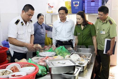 Các địa phương tăng cường kiểm tra an toàn thực phẩm dịp cuối năm.
