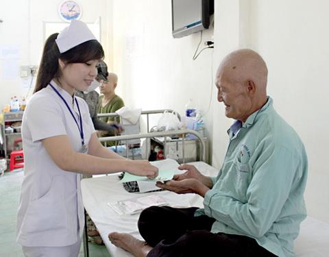 Cán bộ y tế tận tình chăm sóc người bệnh.