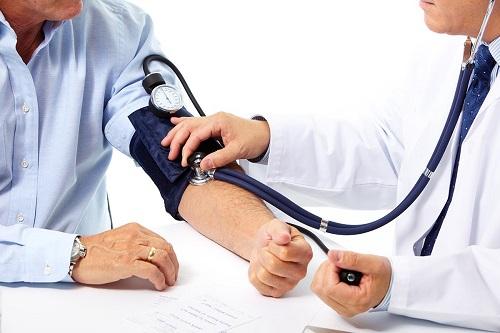 Mùa đông lạnh, người bệnh tăng huyết áp vẫn phải kiểm tra huyết áp thường xuyên và áp dụng chế độ ăn lành mạnh, ít muối.