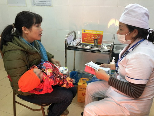 Tư vấn và khám sàng lọc trước khi tiêm vắc-xin cho trẻ.