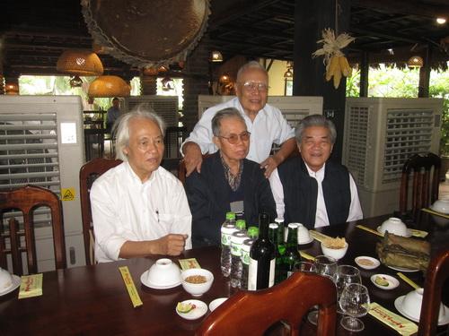 GS. Phong Lê với bạn bè đồng nghiệp (từ trái sang phải: nhà văn Nguyễn Bắc Sơn, nhà văn Ma Văn Kháng, nhà báo - nhà văn Nguyễn Uyển).