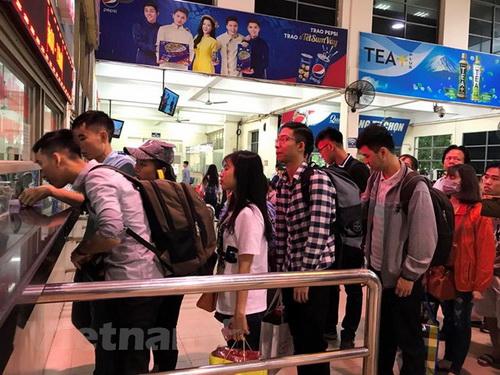 Hành khách mua vé tại Bến xe Mỹ Đình.