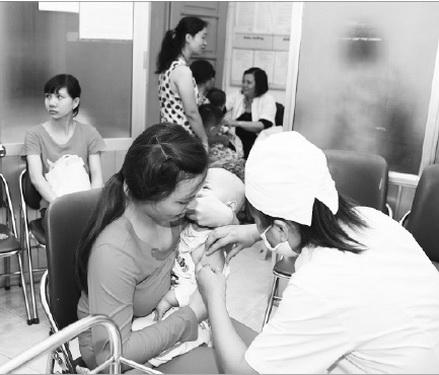 Tiêm vắc-xin phòng sởi cho trẻ. Ảnh: TM
