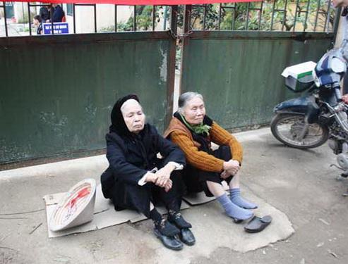 Mẹ chồng và bà trẻ chị Điều trong một lần đến Trung tâm Minh Tâm đòi nợ.