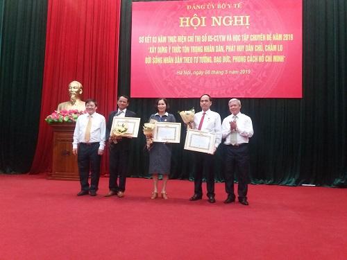 Trao tặng Huy hiệu 30 năm tuổi đảng cho ba đảng viên thuộc Đảng ủy Bộ Y tế.