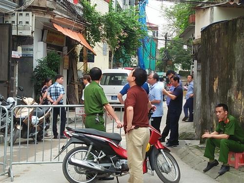 Lực lượng chức năng khám nghiệm hiện trường vụ ngáo đá đâm chết bố ruột ở Mai Động.