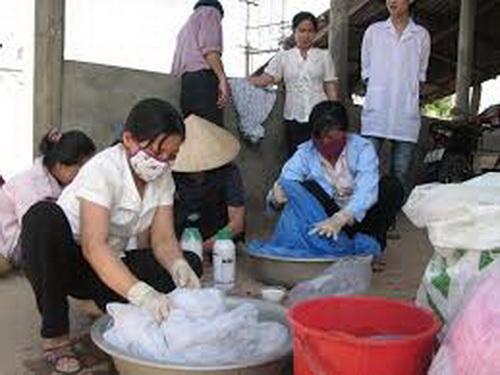Nhân dân xã Vĩnh Sơn (Vĩnh Linh, Quảng Trị) hưởng ứng chiến dịch tẩm màn phòng chống sốt rét.