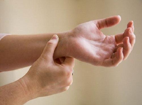 Hội chứng đường hầm xương trụ do chèn ép cục bộ thần kinh trong ống trụ ở cổ tay.