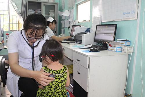 Thăm khám phát hiện sớm bệnh lao cho bệnh nhi ở Trung tâm y tế huyện Nhơn Trạch, Đồng Nai.