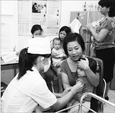 Tiêm vắc-xin sởi là cách phòng bệnh tốt nhất cho trẻ. Ảnh: TM
