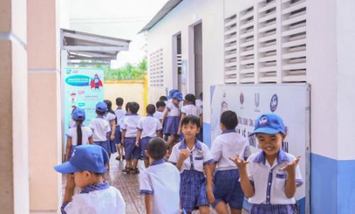 Các em học sinh Trường tiểu học Nguyễn Trung Kiên tỉnh Vĩnh Long hào hứng khi có nhà vệ sinh mới.