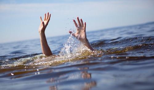 Trẻ bơi lội sặc nước có nguy cơ bị phù phổi cấp do đuối nước cạn (ảnh minh họa).