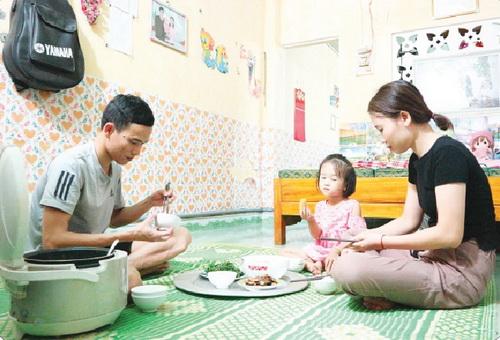 Bữa cơm chiều hạnh phúc của gia đình nhỏ.