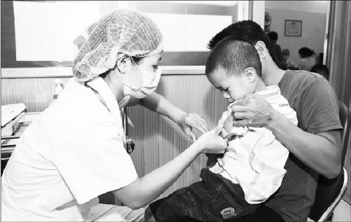 Tiêm vắc-xin là một trong những biện pháp phòng bệnh bạch hầu hiệu quả. Ảnh: TM