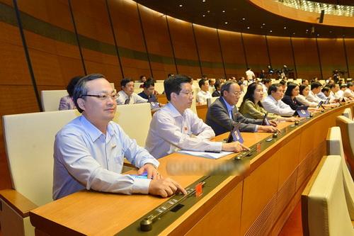 Các đại biểu bấm nút thông qua nhiều nghị quyết quan trọng.
