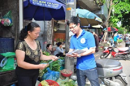 Đoàn thanh niên BHXH TP. Hải Phòng tuyên truyền về chính sách BHXH tại chỗ cho bà con.