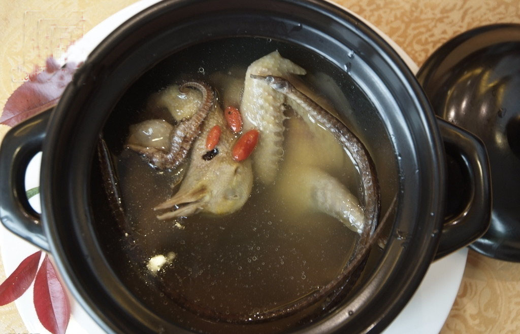 Gà giò hầm cá ngựa gia vị dùng tốt cho nam giới liệt dương, di tinh, tảo tiết; phụ nữ bạch đới khí hư (huyết trắng).
