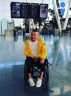 Bartlomiej Skrzynski tại sân bay Wroclaw trước một chuyến đi xa.