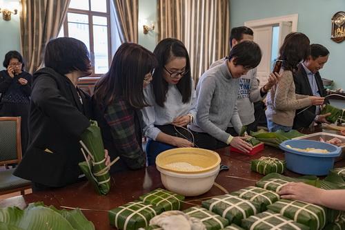 Cộng đồng người Việt Nam tại Liên bang Nga gói bánh chưng đón Tết. Ảnh: Báo Nhân Dân