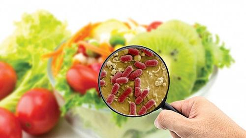 Trong quá trình sản xuất và chế biến, thực phẩm có thể bị nhiễm độc bất cứ lúc nào.