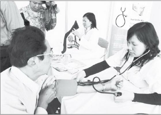 Người bệnh nên đo huyết áp thường xuyên để được điều chỉnh thuốc kịp thời. Ảnh: TM