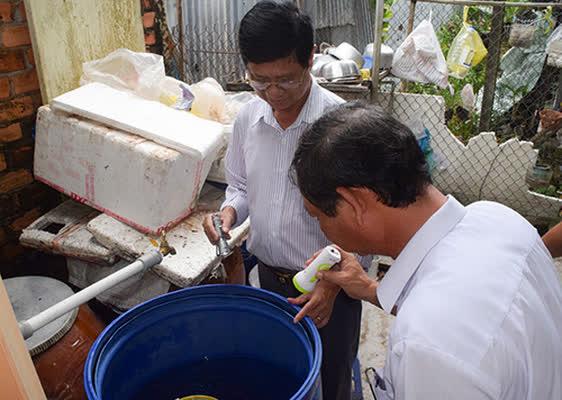 BSCKI. Huỳnh Văn Nhanh – Phó giám đốc Sở Y tế kiểm tra công tác phòng chống SXH tại huyện Cờ Đỏ.