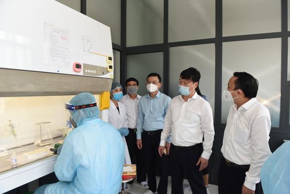 Đồng chí Nguyễn Đức Trung - Chủ tịch UBND tỉnh Nghệ An kiểm tra công tác xét nghiệm SARS-CoV-2  tại CDC.