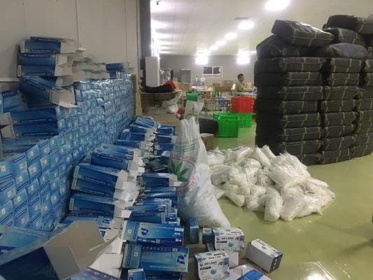 Lực lượng chức năng kiểm tra cơ sở tập kết, sản xuất găng tay y tế, khẩu trang có nhiều nghi ngờ về chất lượng.