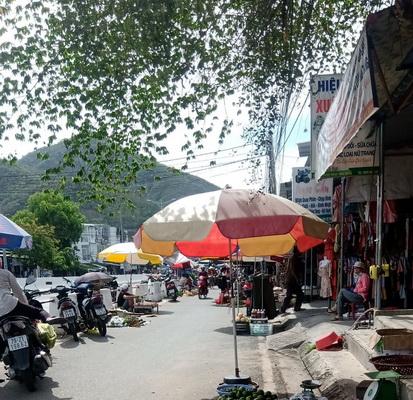 Chợ Phước Đồng chiếm hết lòng, lề đường để họp.
