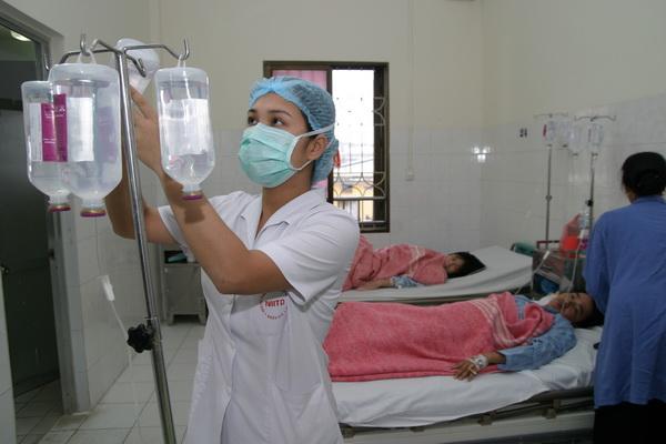 Khi bị sốt, chỉ được truyền dịch khi có chỉ định của bác sĩ và được thực hiện tại cơ sở y tế. Ảnh: Trần Minh