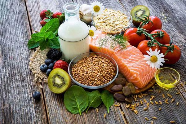 Cá hồi, tôm, rau quả tươi và các loại hạt giàu dinh dưỡng, rất tốt cho sự phát triển thể chất và trí não của trẻ.