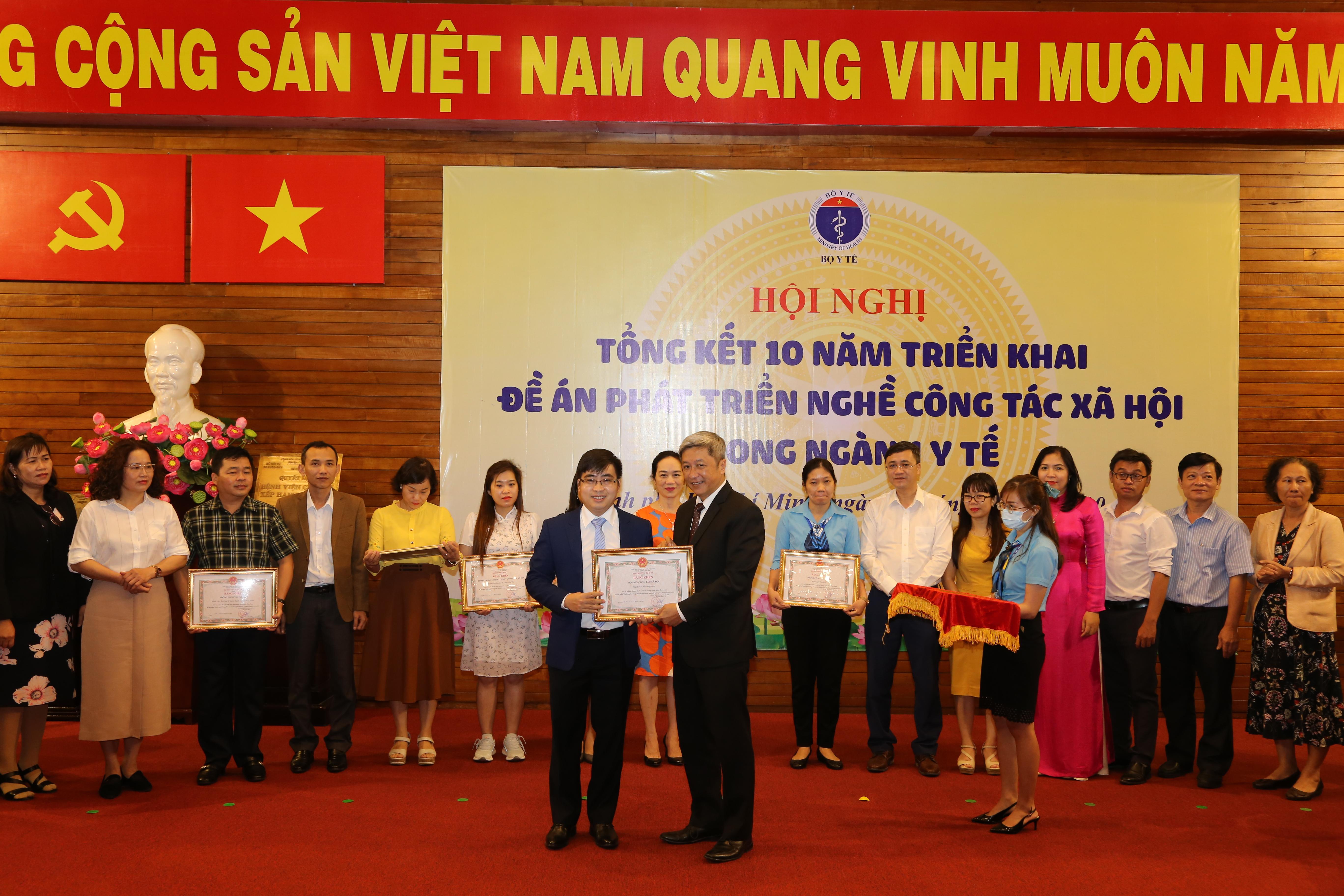 Tập thể Bộ môn Công tác xã hội và TS. Phạm Tiến Nam nhận bằng khen của Bộ trưởng Bộ Y tế.