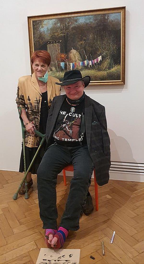 Họa sĩ vẽ bằng chân Stanislaw cùng vợ Monika tại phòng tranh gia đình.
